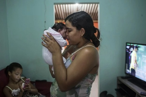 Mother holding her baby with microcephaly in Brazil (Photo: washingtonpost.com)