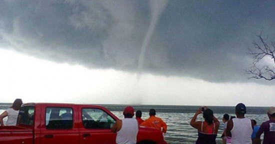 A small tornado, or whirlwind, hit Campeche and dozens of fishermen are missing at sea. (PHOTO: aztecanoticias.com.mx)
