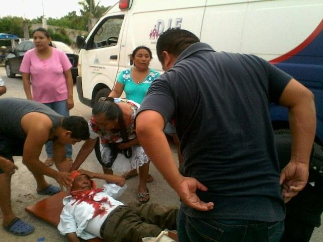 87 year old Leonides Cahuich got hit by the motorcycle before it smashed against a wall (Photo: yucatanalamano)