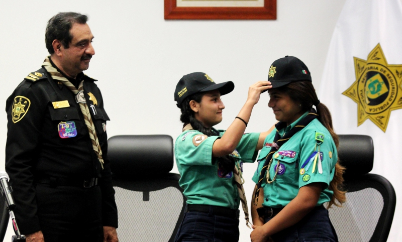 "Fourteen year old girl scout is ""Secretary of Public Safety for a Day"" (Photo Leslie Santos Bonilla for Diario de Yucatán)"