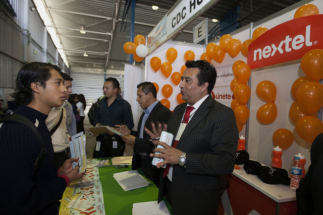 Employers and job seekers met at a recent job fair in Cancun. (PHOTO: riviera-maya-news.com)