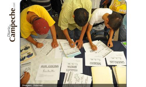 Job seekers complete applications in Ciudad del Carmen. (PHOTO: contraliinea.com.mx)