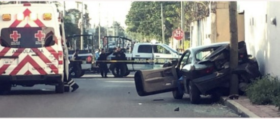 The executed victim's auto was inspected b police following the incident in Cancun's region 231. (PHOTO: sipse.com)