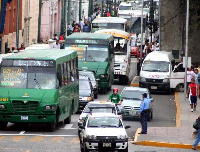 Buses crowd Merida's downtown streets. (PHOTO: sipse.com)