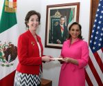 U.S. Ambassador Roberta Jacobson presented her credentials to Foreign Relations Secretary Claudia Ruiz Massieu. (PHOTO: provided by U.S. Embassy)