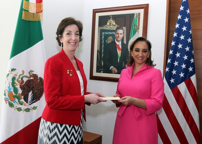 U.S. Ambassador Roberta Jacobson presented her credentials to Foreign Relations Secretary Claudia Ruiz Massieu. (PHOTO: provided by U.S. Embassy)