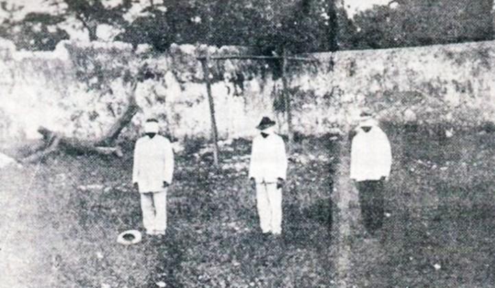 Maximiliano R. Bonilla, Atilano Albertos, and José E. Kantún moments before their execution, Valladolid, June 25, 1910. (Photographer unknown.  From Carlos R. Menéndez, La primera chispa de la Revolución Mexicana, 1919.)