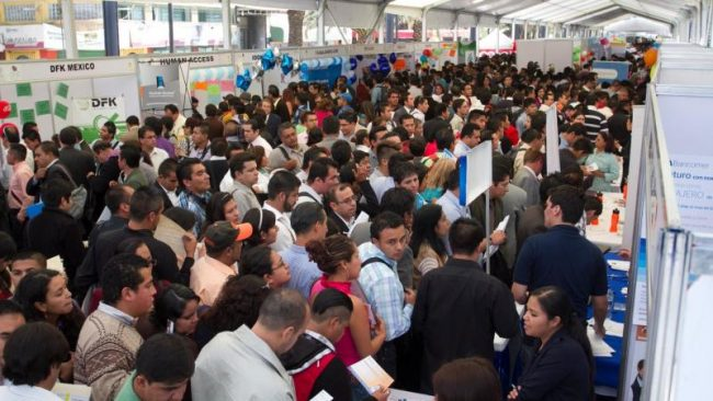 Each year, thousands of people attend job fairs in cities across the country to find a job offer. (PHOTO: expansion.mx)