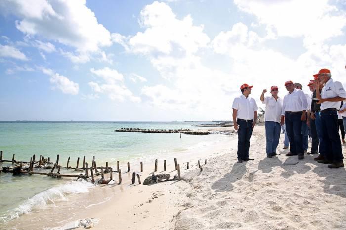 Governor Rolando Zapata supervising beach recovery works in 2014 (Sipse)
