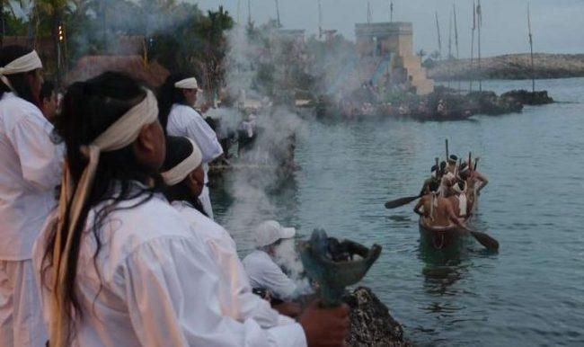 Mayan oarsmen set out for Cozumel. (PHOTO: riviera-maya-news.com)