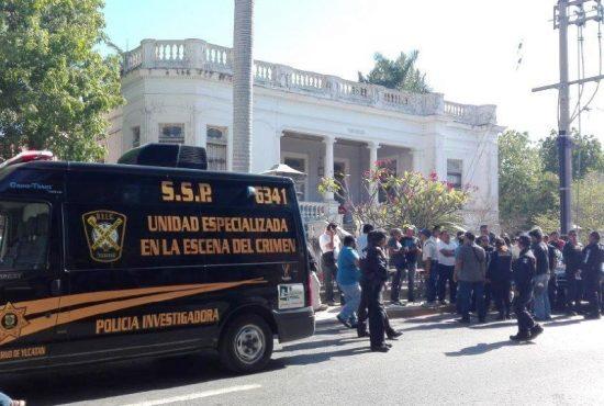 Police investigated the stabbing scene on Avenida Colón in Merida. (PHOTO: megamedia.com)