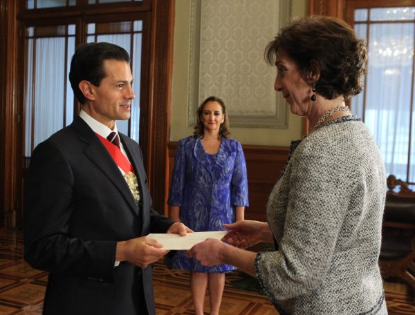 Ambassador Jacobson presents her Letters of Credence to Mexican President Enrique Peña Nieto. Mexico's Secretary of Foreign Relations Claudia Ruiz Massieu is in the back. (PHOTO: U.S. Embassy)
