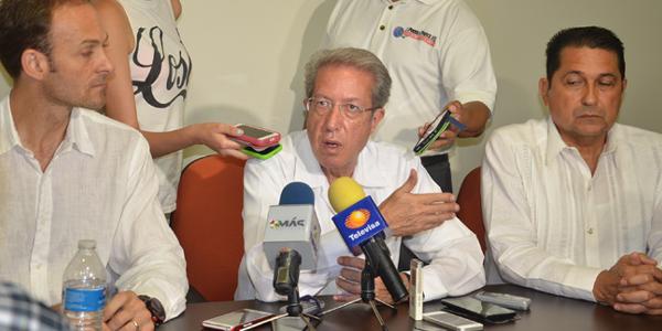 Luis Cabrera Quaron, center. (PHOTO: voluta.info)