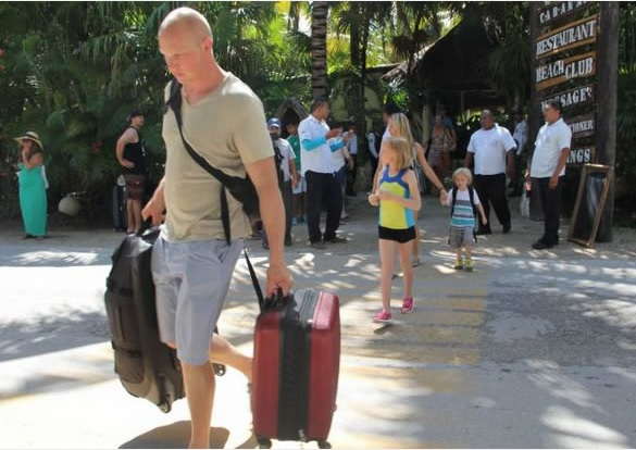 Tourists never imagined they would suddenly be evicted from their hotel (Photo: quien.com)