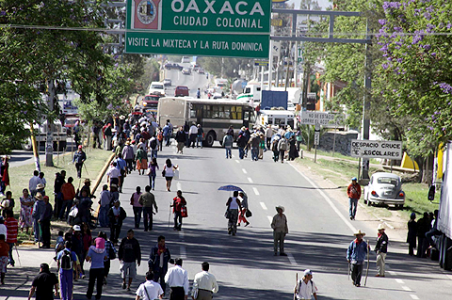 Road blockades by striking teachers and sympathizers continue in Oaxaca. (PHOTO: chiapaslaotracara.blogspot.com)
