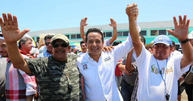 Carlos Joaquin with supporters during campaign. (PHOTO: larevista.com.mx)