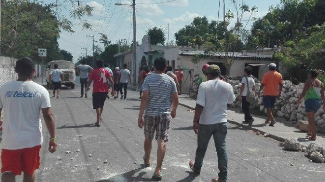 Residents threw rocks and police fired tear gas during the disturbance (PHOTO: unionyucatan.mx)