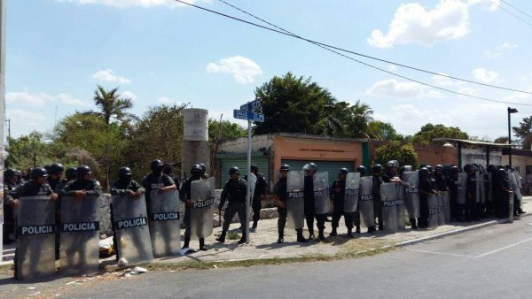 Police assembled in Chablekal during the disturbance May 3. (PHOTO: desdelbalcon.com)