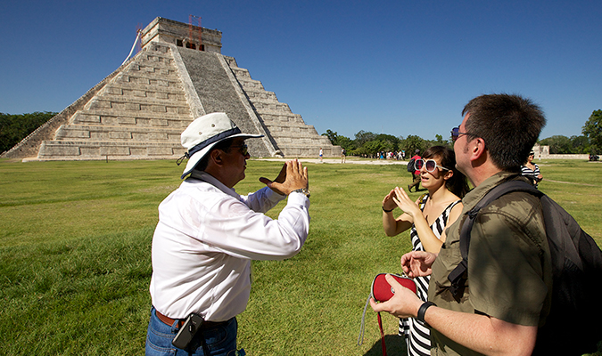 Tourist guide in Chichen Itza (Photo: journeymexico.com)