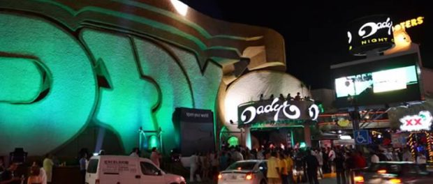 Patrons milled about outside Dady'O nightclub following the shooting incident. (PHOTO: noticaribe.com.mx)