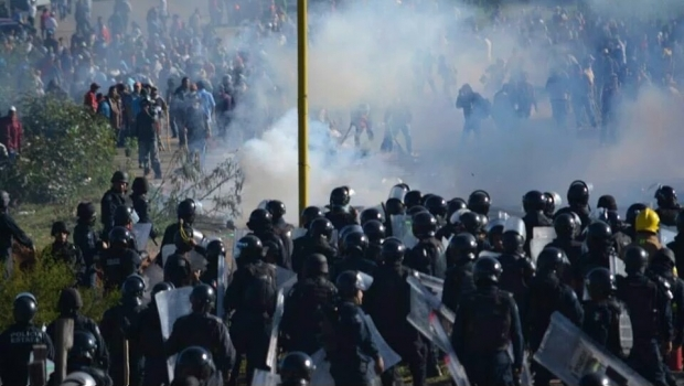 Clashes between police and demonstrators in Oaxaca left 6 dead, more than 50 injured. (PHOTO: sdpnoticias.com)