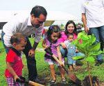 Aspectos del evento que encabeza el  alcalde Mauricio Vila Dosal, clausura la Cruzada Forestal 2016 en el parque Juan Pablo II Nora Quintanta, el cual fue acompañado por sus dos hijos Alejandrina y Mauricio Vila