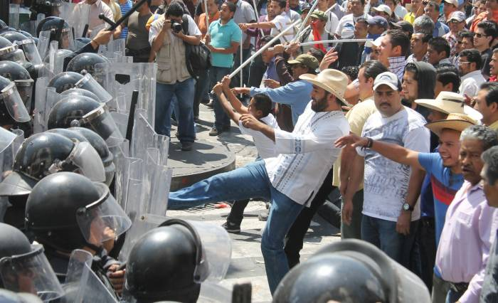 Teachers union protests like this one in Morelia have led the government to vow a crackdown. (PHOTO: sipse.com)