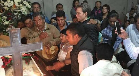 Governor Manuel Velasco at Domingo Lopez funeral (Photo: Excelsior)