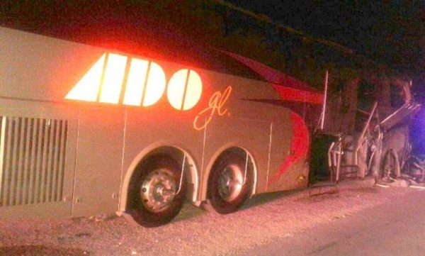 Bus crash near Katunil, in eastern Yucatan. (PHOTO: yucatanalamano.com)