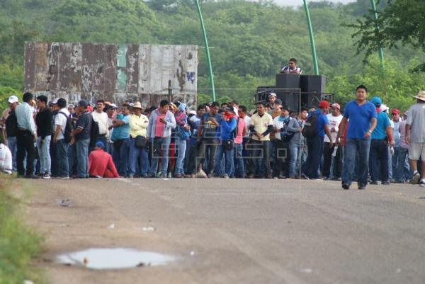 Teachers and their supporters blockaded Chiapas airport, cancelling flights. (PHOTO: efe.com)