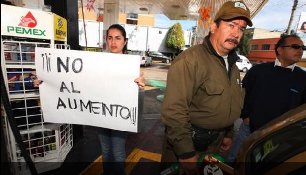 "Civilian protesting against ""gasolinazo"" in Mexico City (Photo: La Jornada)"