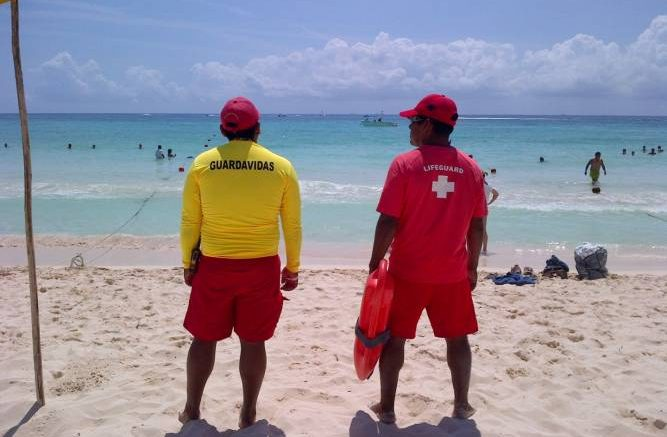 Playa del Carmen lifeguards are calling for beach alcohol ban. (PHOTO: riviera-maya-news.com)