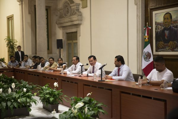 Inteior Secretary, Miguel Ángel Osorio Chong (center) is meeting with teachers union representatives in Mexico City. (PHOTO: elhorizonte.mx)