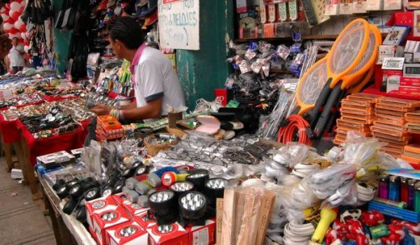 A street vendor in Merida tends to his stands. (PHOTO: sipse.com)