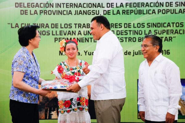 Chinese union official Xing Chunning accepts a gift from Gov. Rolando Zapata Bello. (PHOTO: yucatan.ws)