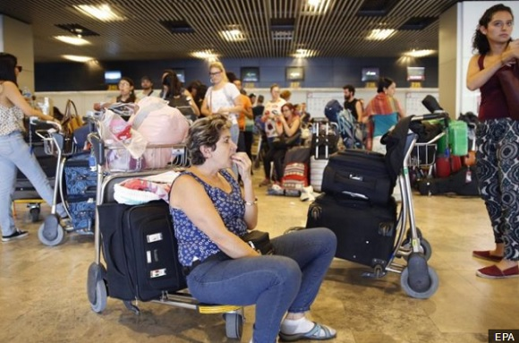 Many of the stranded Mexicans now lack the cash to afford airport prices (Photo: El Pais)