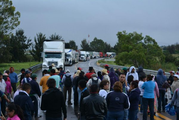 Teachers blockade a highway in Oaxaca. (PHOTO: itsgoingdown.org)