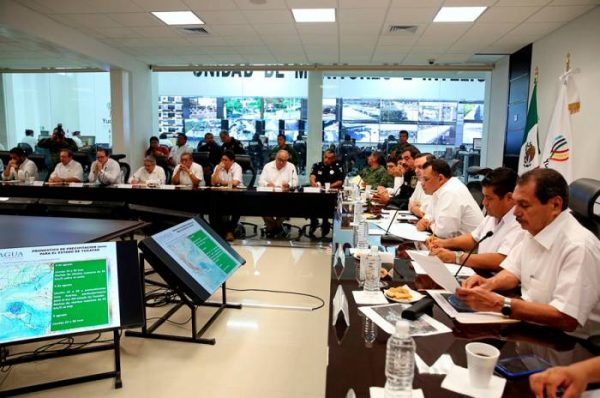 Yucatan Gov. Rolando Zapata Bello led a meeting of state and local emergency officials Wednesday Aug. 3 in Merida. (PHOTO: sipse.com)