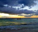 Sunset at Playa Centro on Isla Mujeres (PHOTO: Lynda/Lawrie Locke)