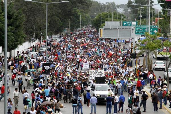 Striking teachers and supporters march in Oaxaca Aug. 22, the first day of school classes. (PHOTO: efe.com)