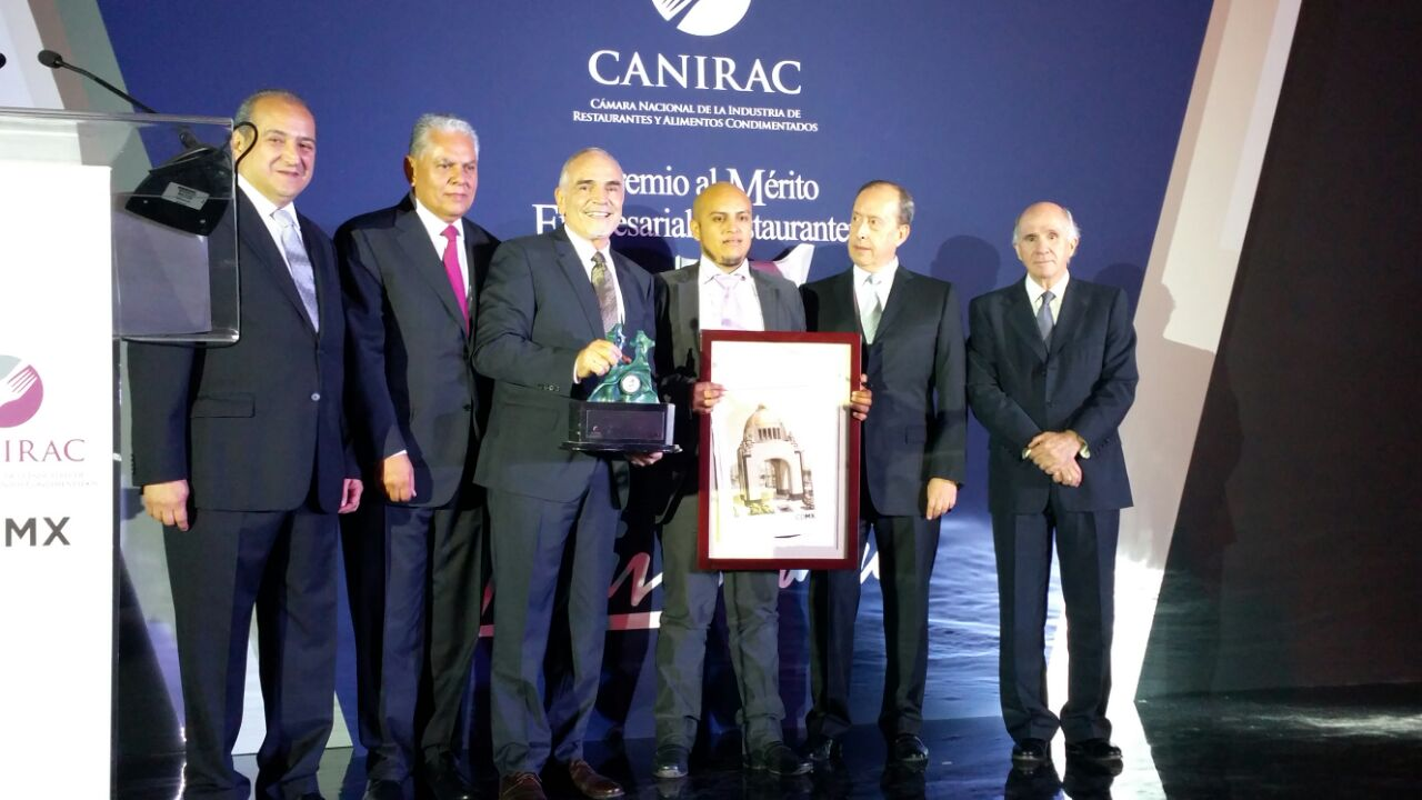 "Mr Carol Kolozs receiving the ""Premio al Mérito empresarial restaurantero ""Cesar Balsa"" Mejor Restaurante de Hotel"