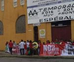 Demostrators protested Monday against bullfights  in front of Merida's Plaza de Toros. (PHOTO: sipse.com)