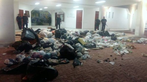Garbage was left this week at Playa del Carmen city hall. (PHOTO: riviera-maya-news.com)
