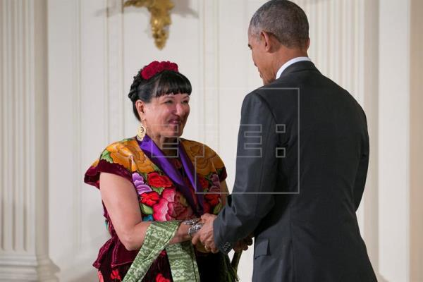President Obama presents award to writer Sandra Cisneros. (PHOTO: efe.com)