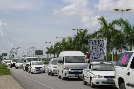Thousands of taxi drivers formed a caravan in Cancun. (PHOTO: sipse.com)