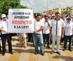 Taxi drivers protest Uber with signs asking authorities to respect the law. (PHOTO: palcoquintanarroense.com)