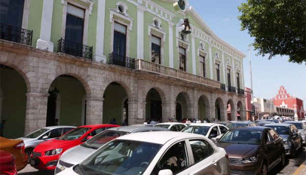 Angry Uber drivers gathered near Merida's Plaza Grande to protest taxi drivers' aggression. (PHOTO: facebook.com)