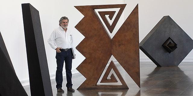 jose-villa-soberon-with-abstract-sculptures