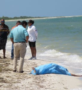 Murder victim's body was found on the beach at Telchac Puerto. (PHOTO: yucatan.com.mx)