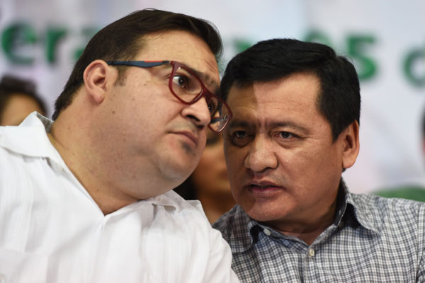 Ex-Gov. Javier Duarte of Veracruz and Interior Minister Miguel Angel Osorio Chong at an event in Veracruz last year. (PHOTO: proceso.com)